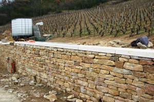 Mur de soutènement en pierres sèches(Solutré)En cours de Travaux